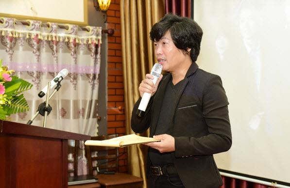 Ông Bùi Thanh Tuyền – Trưởng VPDD Meey Land Nam Định chào mừng khách hàng tham gia buổi lễ